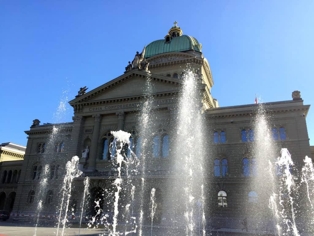 La facciata del Parlamento con i giochi d'acqua