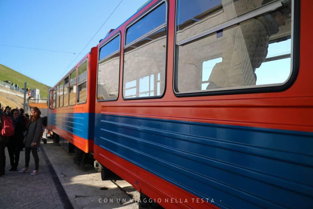Il trenino per arrivare sul Monte Generoso, proprio a un passo dal Fiore di Pietra di Mario Botta