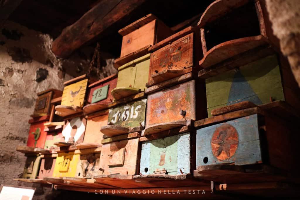 Le vecchie arnie al museo dell'apicoltura, cassettine di legno colorate