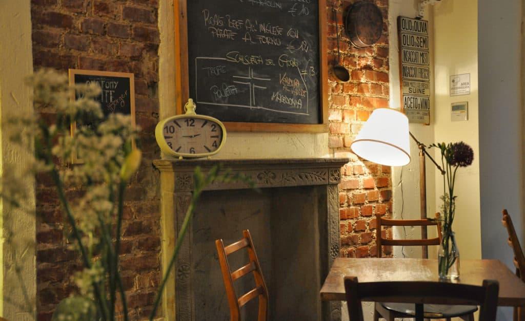 Gli interni del ristorante Dinette Milano di via Bronzetti