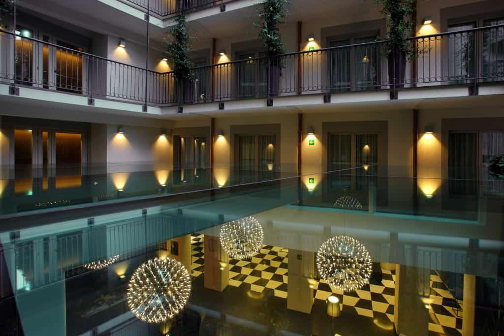 La balconata interna con le grandi palle luminose