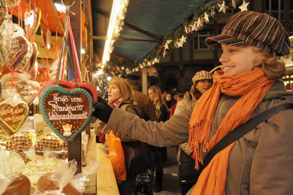 shopping tra le bancarelle dei mercatini di Francoforte a Natale