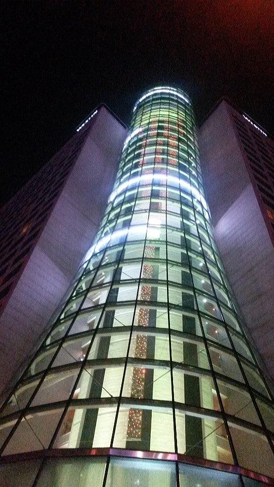 Vista esterna dell'hotel Westin Warsaw con l'ascensore panoramicol'ascensore panoramico
