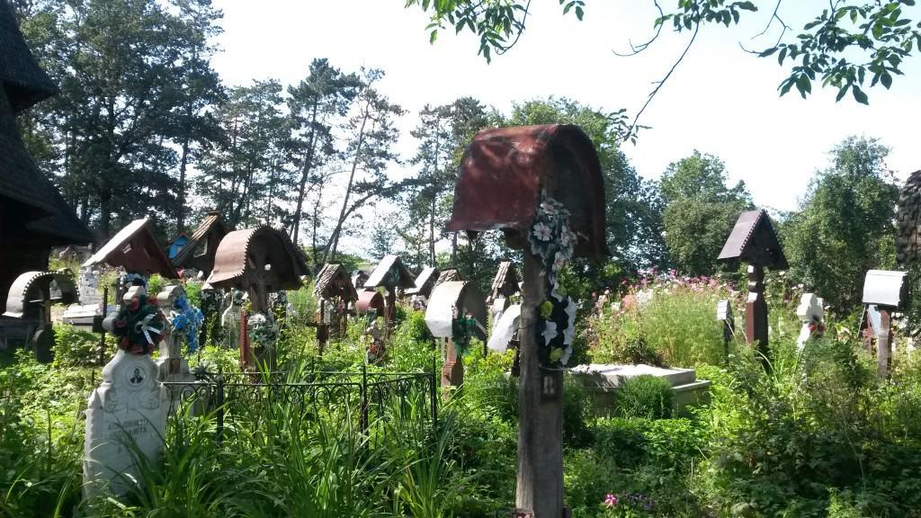 Uno dei cimiteri annessi alle suggestive chiesette in legno nel Maramures