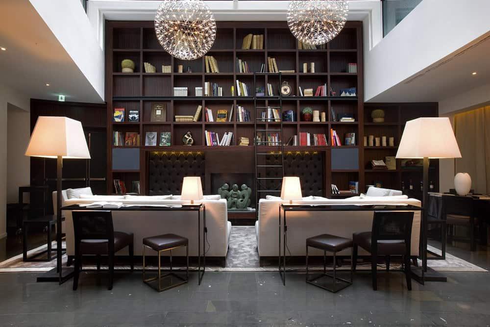 Il salotto con libreria e camino, molto apprezzato dagli ospiti dell'albergo.
