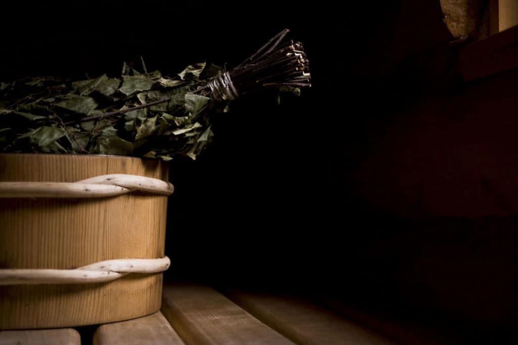 Fasci di betulla, ginepro, ortica e altre piante vengono utilizzati per creare frustini che vengono battuti sul corpo