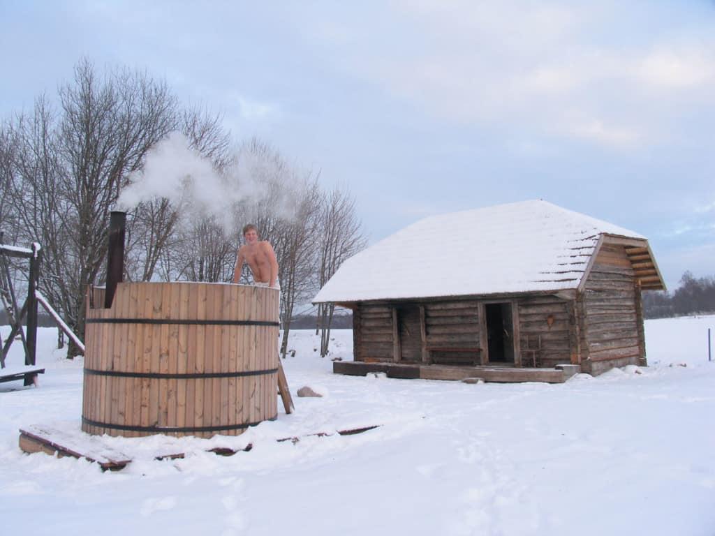 Alla fine del trattamento della smoked sauna, ci si risciacqua nell'acqua o... nella neve!