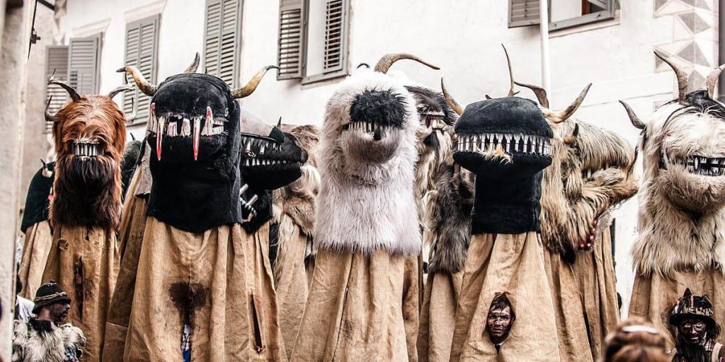 Maschere inusuali alla sfilata dell'Egetmann, in Alto Adige.