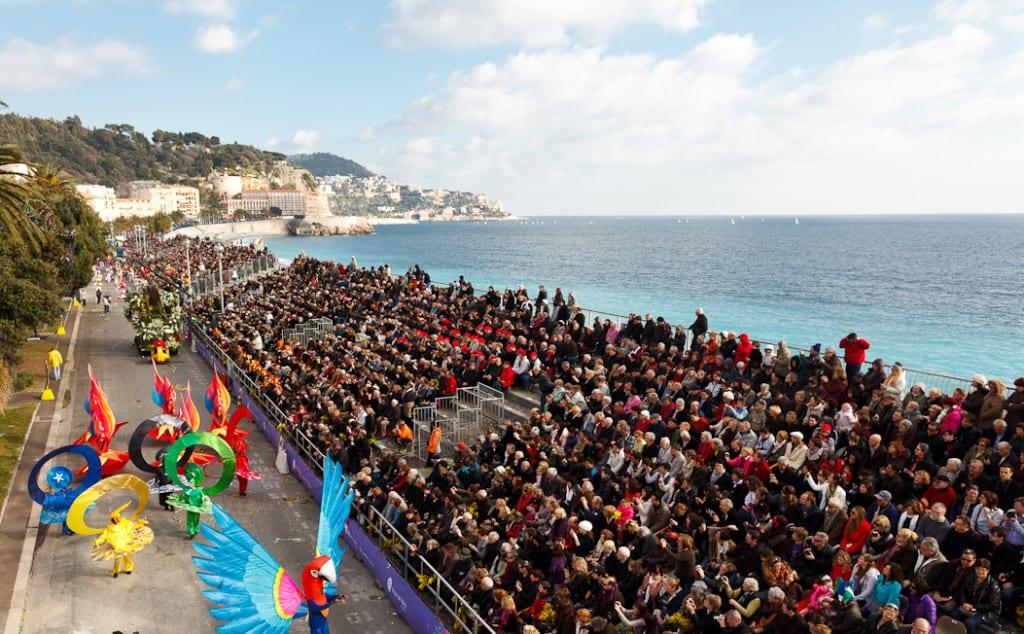 Il pubblico assiste alla Battaglia dei Fiori al Carnevale di Nizza