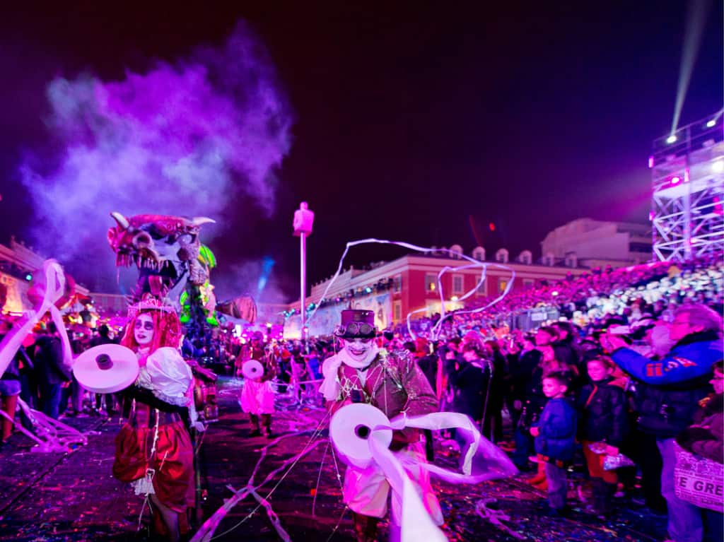 Festa di notte con luci e carri al Carnevale di Nizza