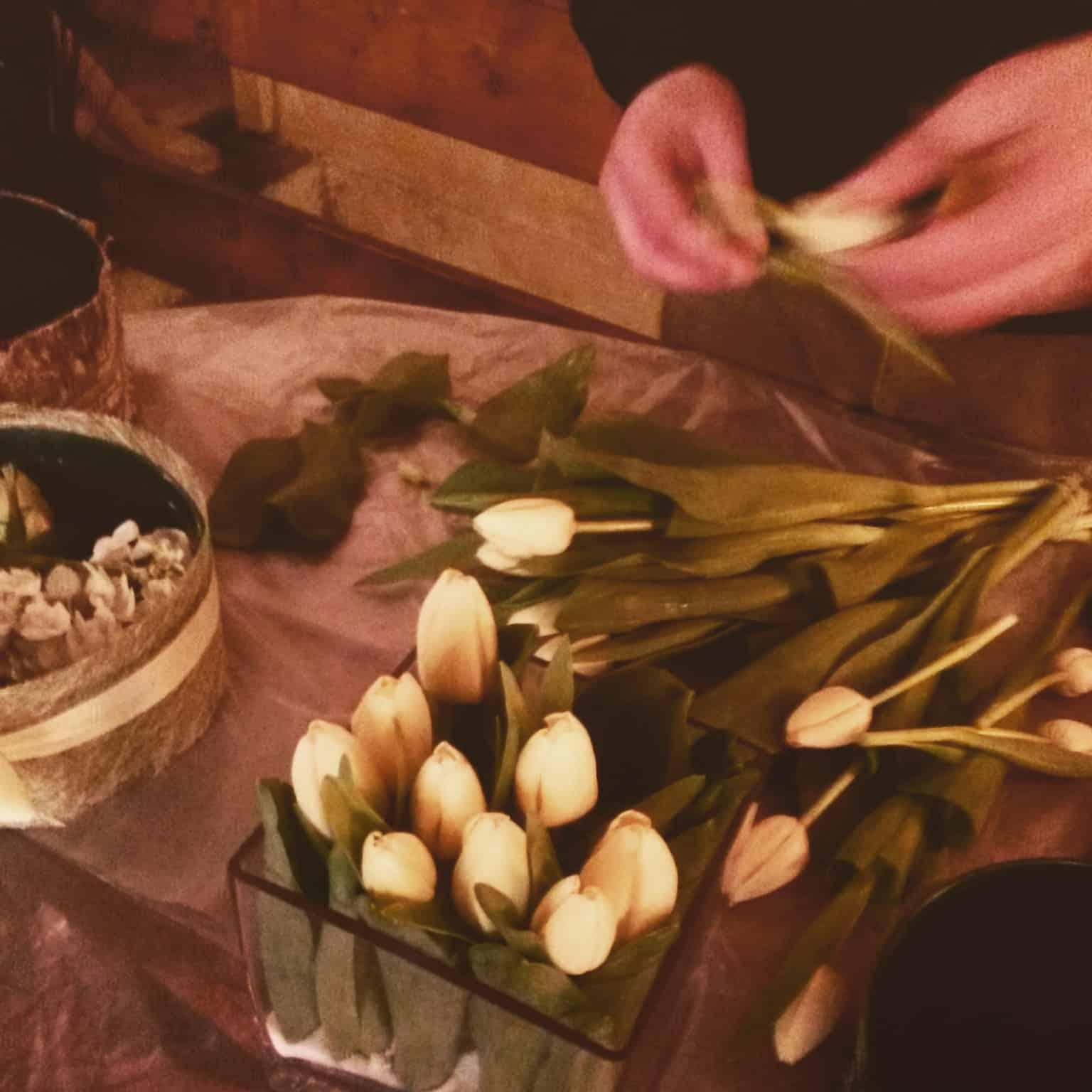 Creazione di un centro tavola con tulipani.