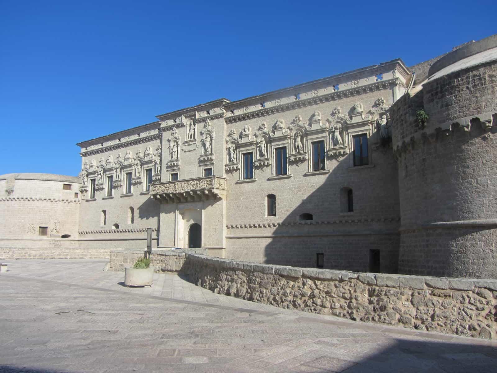 Il Castello de' Monti con la sua imponente struttura medievale