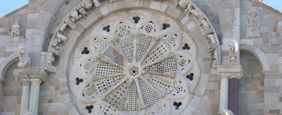 Il bellissimo rosone dell'antica cattedrale.