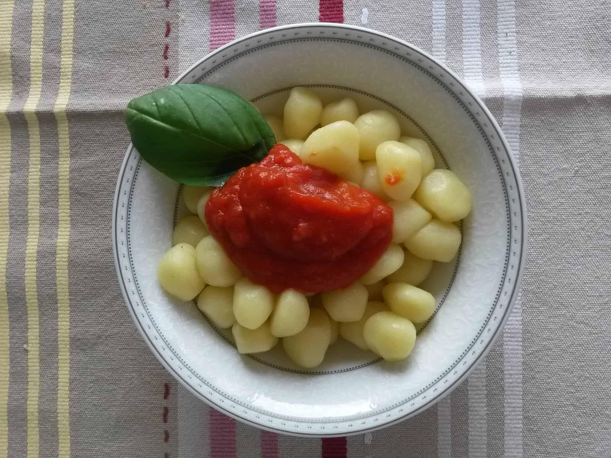 Le chicche di patata con sugo di pomodoro biologico e basilico.