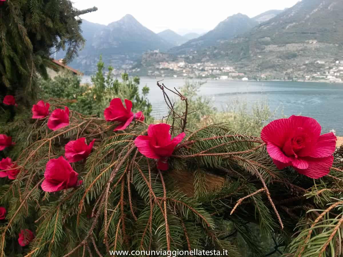 Montisola festa dei fiori, l&#8217;isola sommersa da creazioni di carta <br> (ma solo una volta ogni 5 anni)
