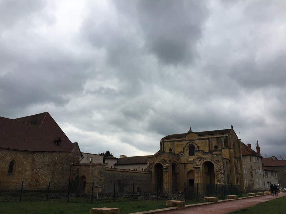 cosa vedere a charlieu, l'abbazia