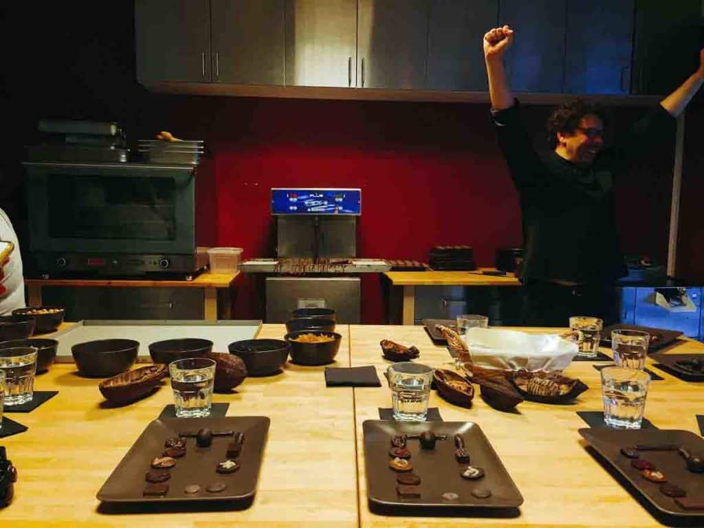 Il maitre chocolatier Laurent Gerbaud durante il laboratorio: sembra soddisfatto!