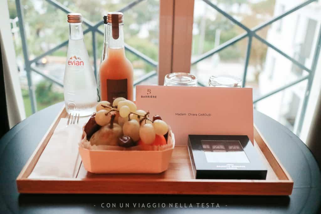 Frutta, cioccolatini e un biglietto di benvenuto