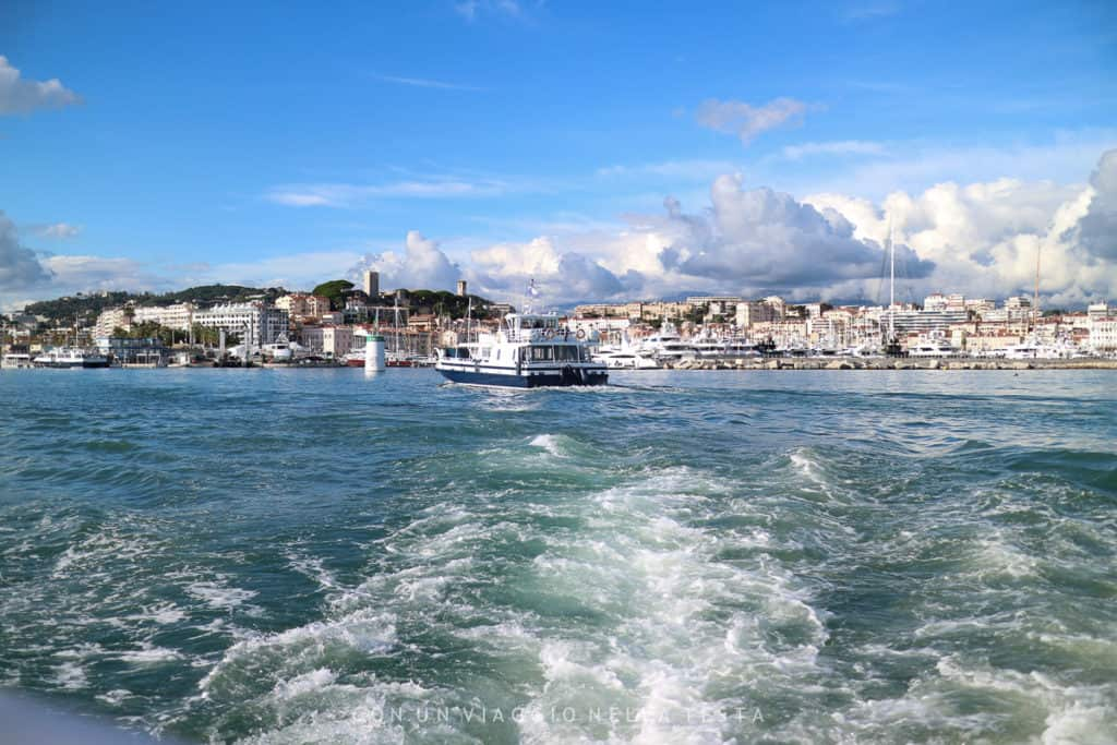 In viaggio verso l'Isola di Saint Honorat; sullo sfondo, Cannes