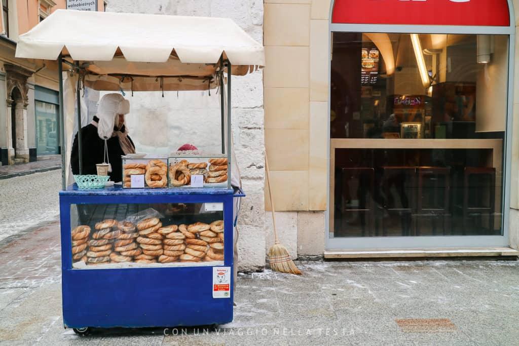 Tra le cose da mangiare a Cracovia, i tipici anelli di pane che si trovano nei tanti chioschetti della città