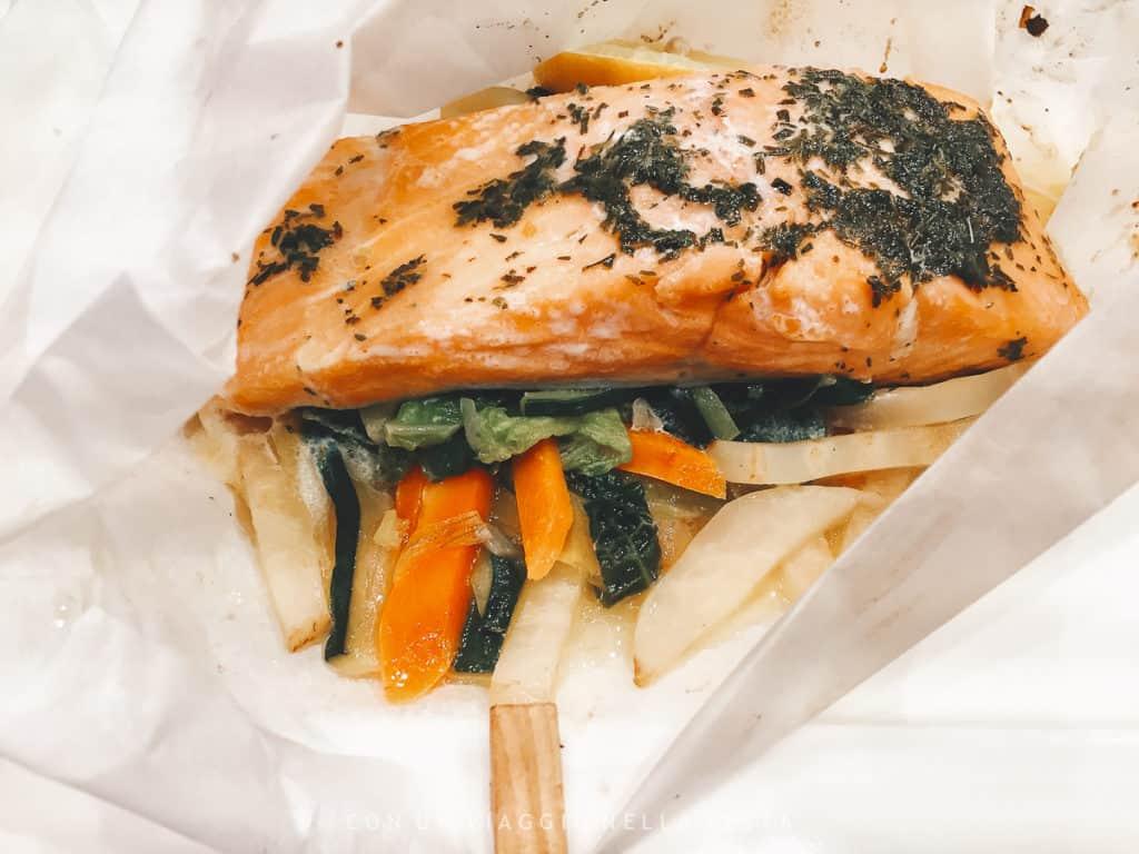 Pesce al cartoccio con verdure. Ricetta del Winestone, il ristorante del Mercure Stare Miasto ( aperto anche al pubblico)