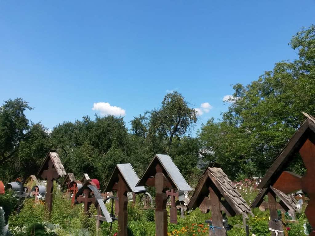 Uno dei tanti cimiteri che affiancano le chiesette in legno del Maramures, in Romania