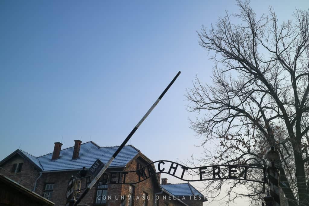 """Auschwitz-Birkenau, l'ingresso al campo di sterminio. """"Il lavoro rende liberi"""""""