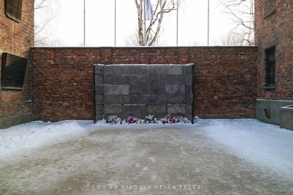 Il muro delle esecuzioni di Birkenau