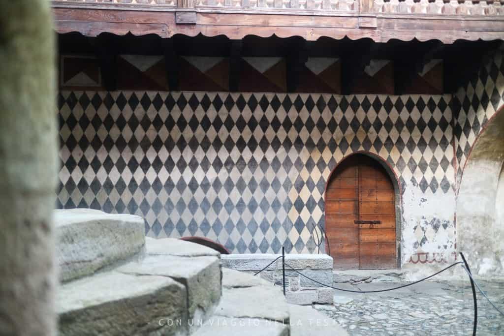 Un dettaglio a losanghe del cortile esterno - castello di fenis