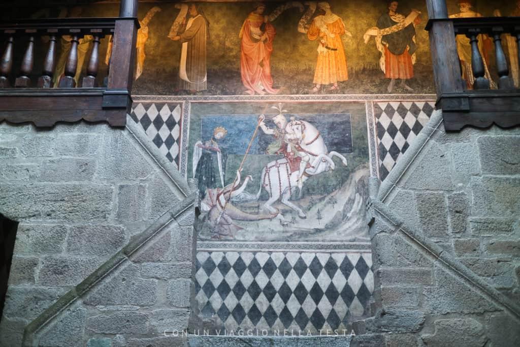 Gli affreschi del cortile interno con San Giorgio e il drago