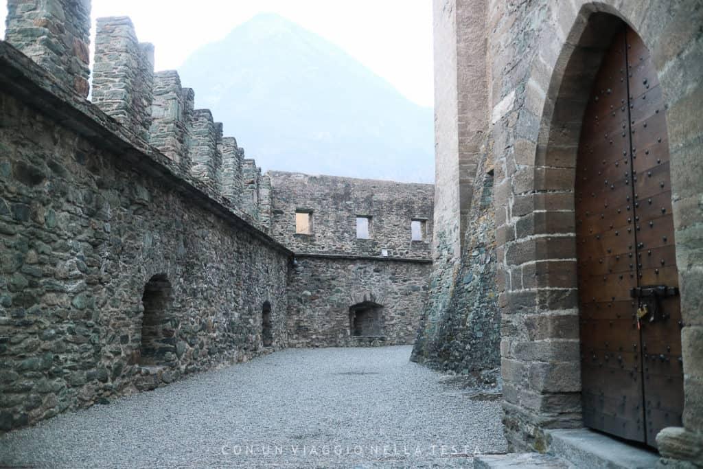 Castello di Fenis, il percorso tra la struttura e le mura