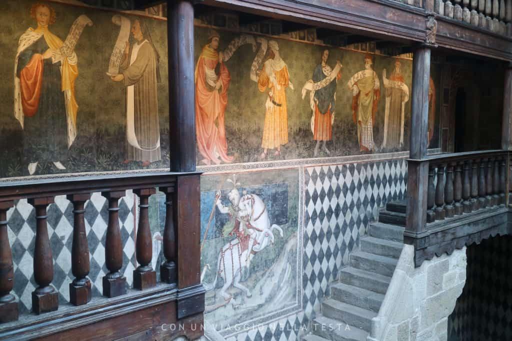 Gli affreschi del cortile esterni, dal piano nobile