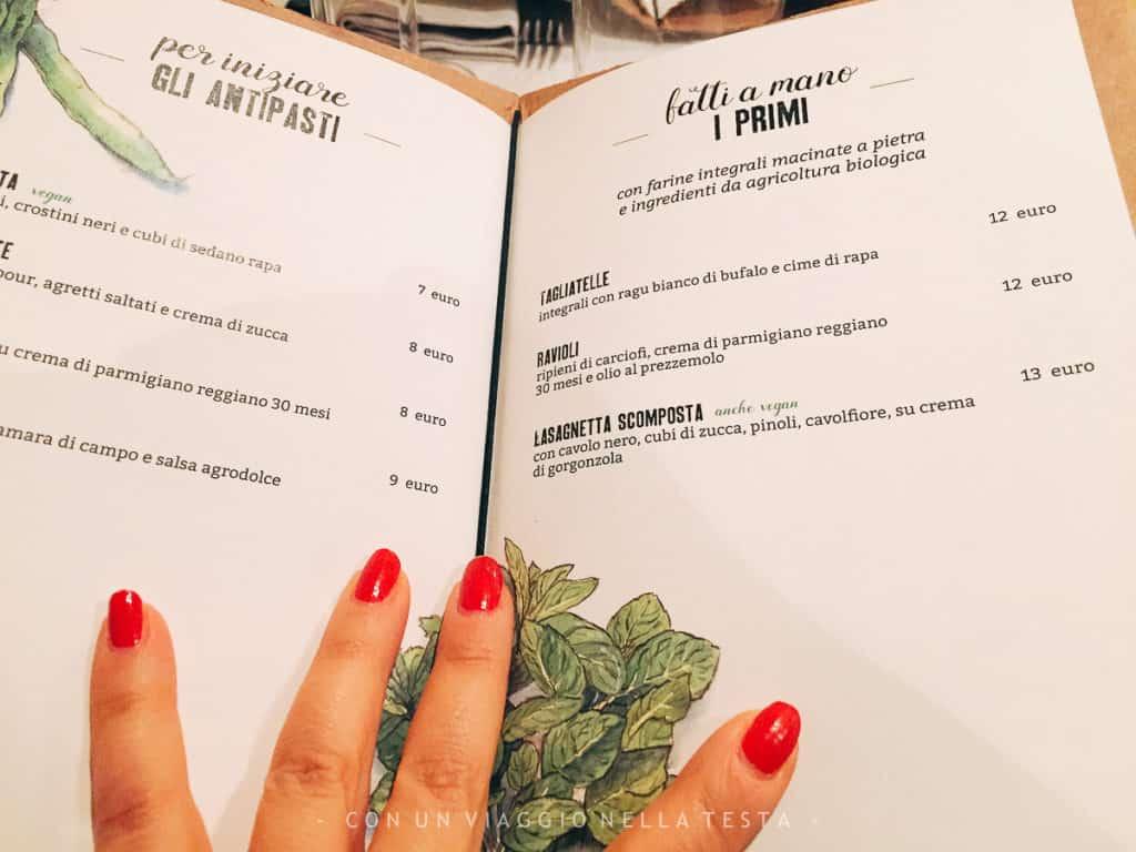 Il bellissimo menù de Il Rovescio, con informazioni utili per scoprire da dove vengono i prodotti. Ed è anche molto curato grazie alle illustrazioni
