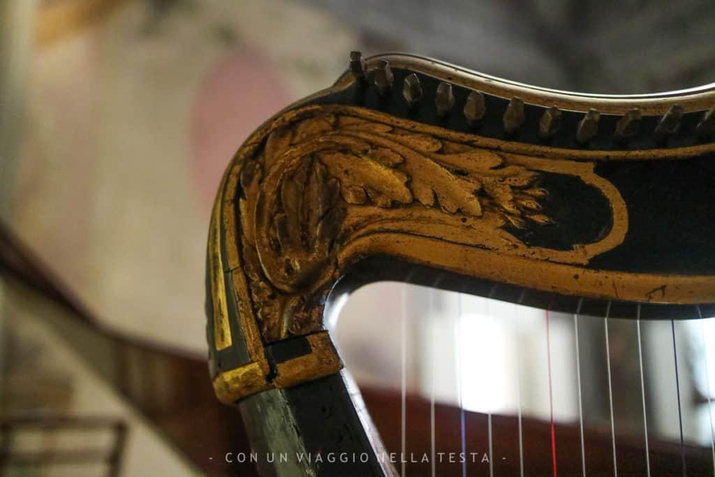 Il dettaglio di una delle arpe conservate al Museo della Musica
