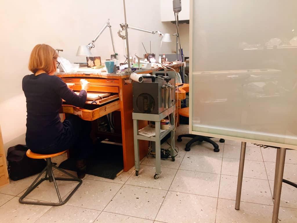 La zona laboratorio del negozio di Daniele Pifferi
