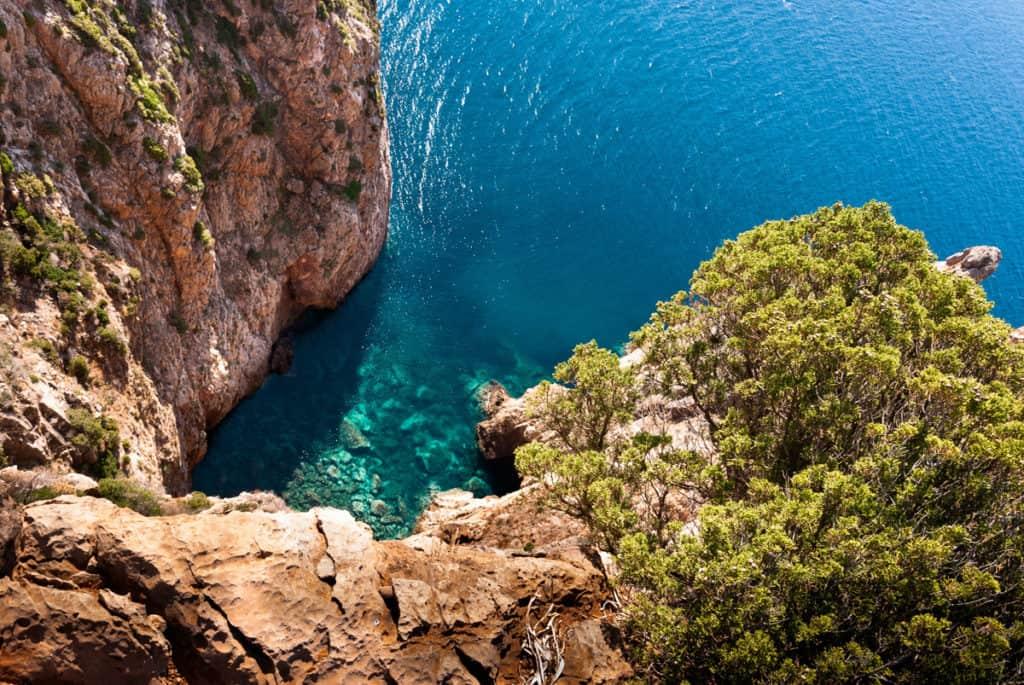 Le vacanze in Sardegna in primavera sono perfette per scoprire una natura incontaminata e tradizioni senza tempo