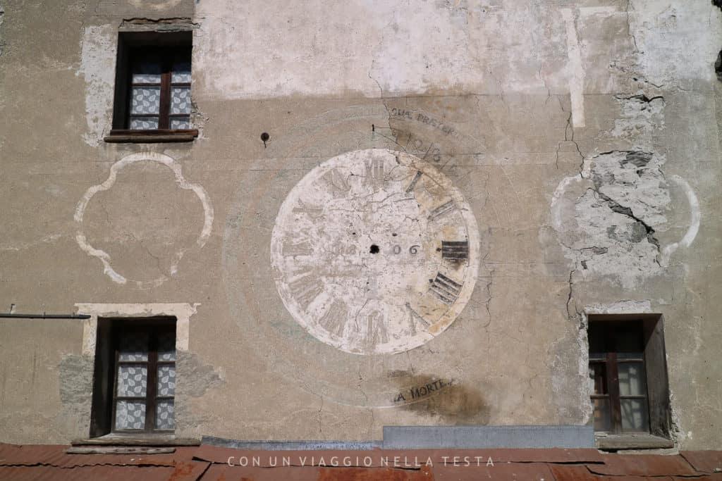 L'orologio dipinto sulla facciata della casa