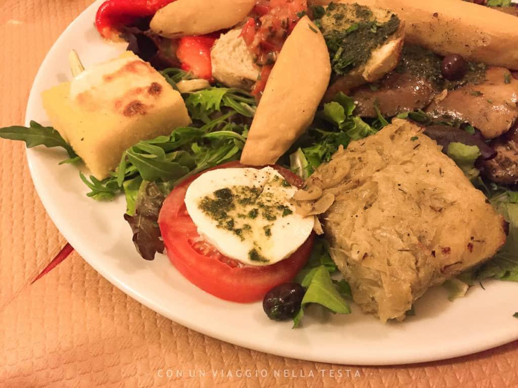 Un piatto di antipasti tipici nizzardi a le Fran Calin