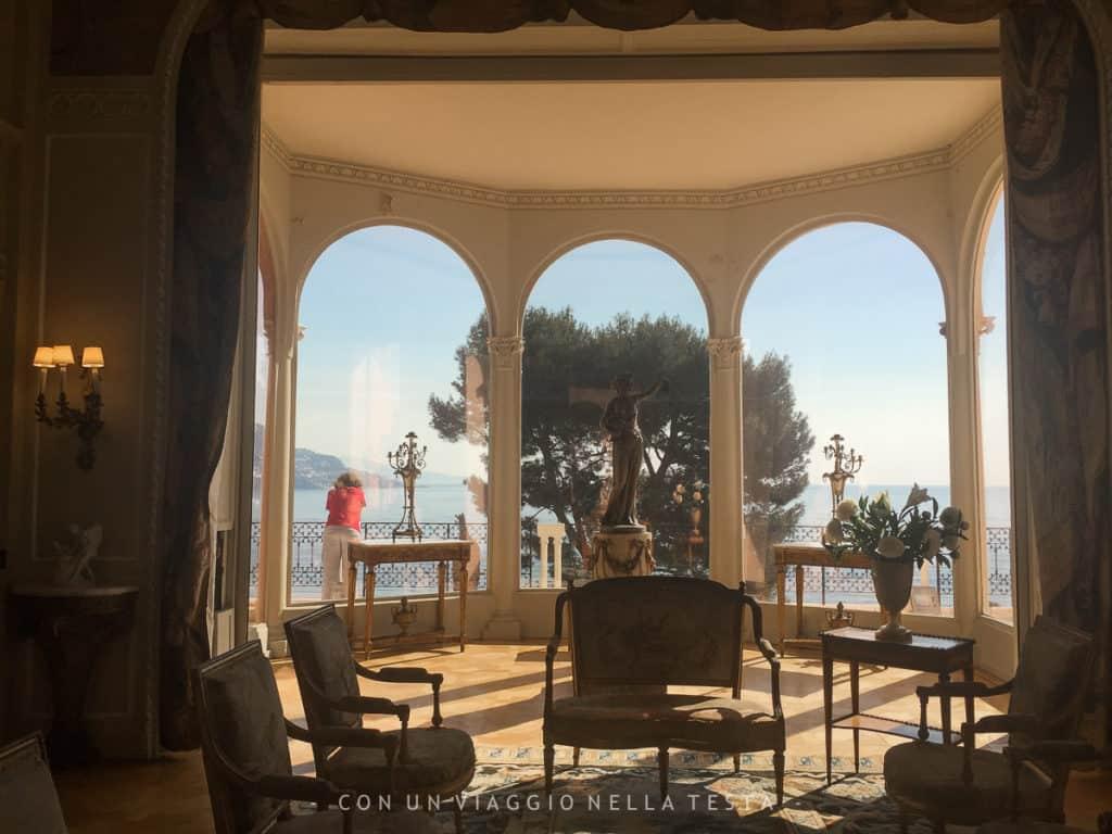 Una delle sale della Villa Ephrussi de Rothschild con affaccio sul mare