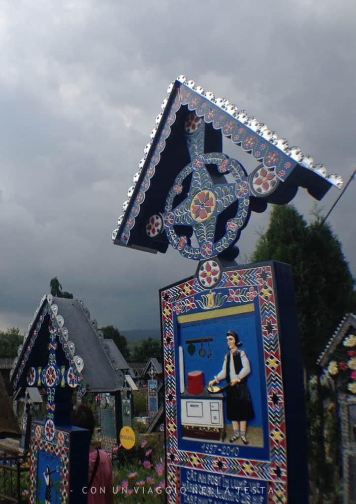Un dettaglio delle storie raccontate sulle lapidi del cimitero allegro in Romania, a Sapanta