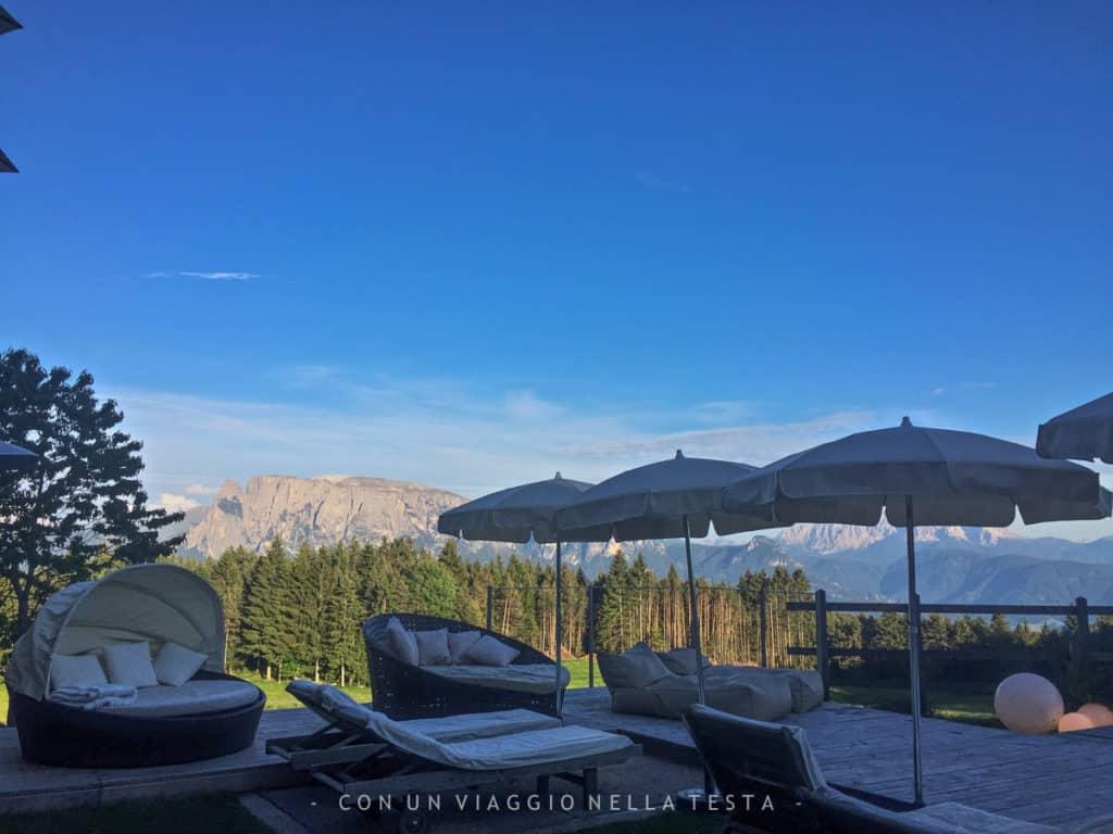 La terrazza con piscina dell'Hotel Tann che affaccia sulle Dolomiti