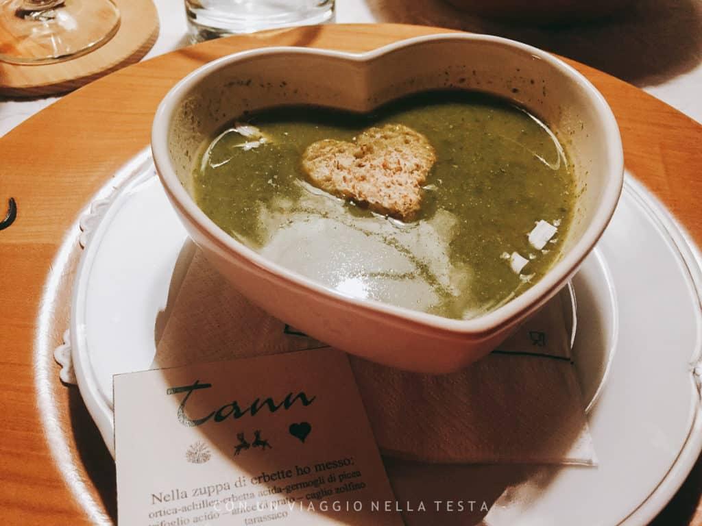 Una buonissima zuppa d'erbe dell'Hotel Tann, con tanto di promemoria con gli ingredienti
