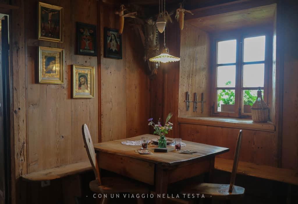 Uno degli spazi del maso storico, angolo pranzo con tavolino