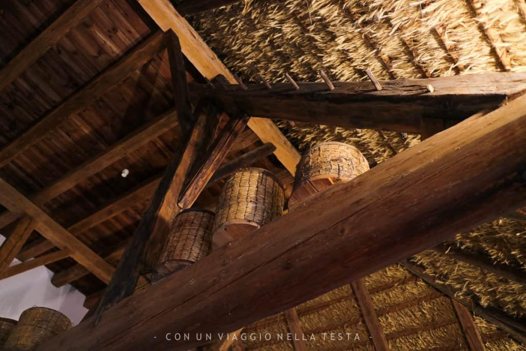 Un dettaglio del tetto del maso, interamente realizzato a mano con la paglia