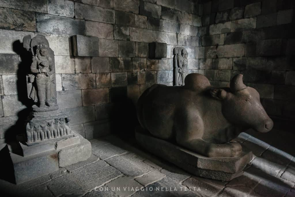 L'interno di uno dei templi di Prambanan