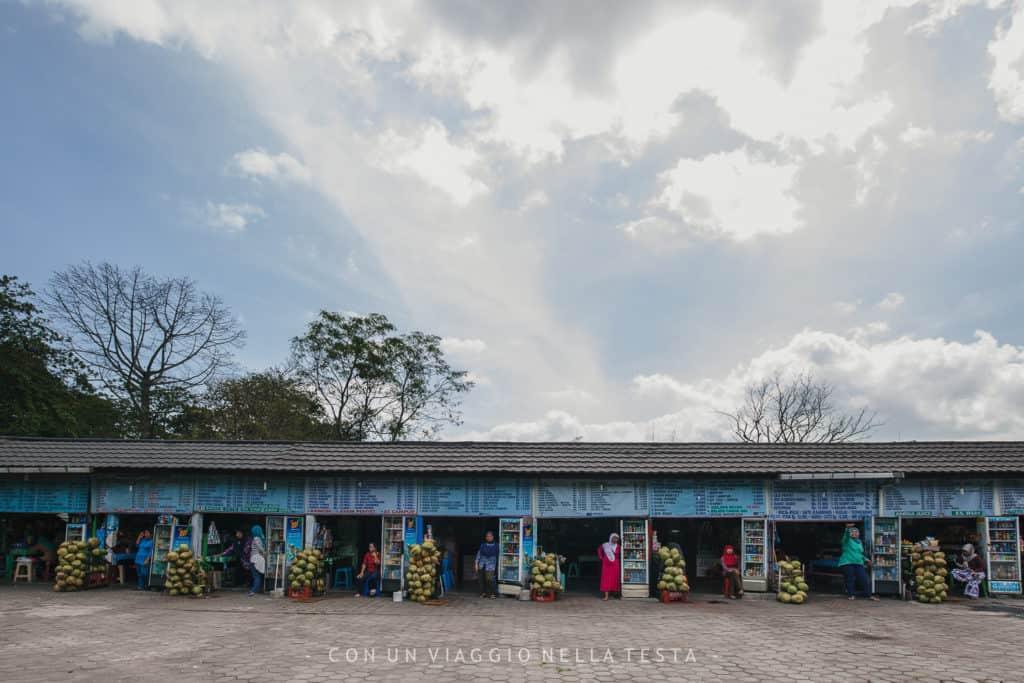 I chioschetti dei souvenir in uscita da Prambanan
