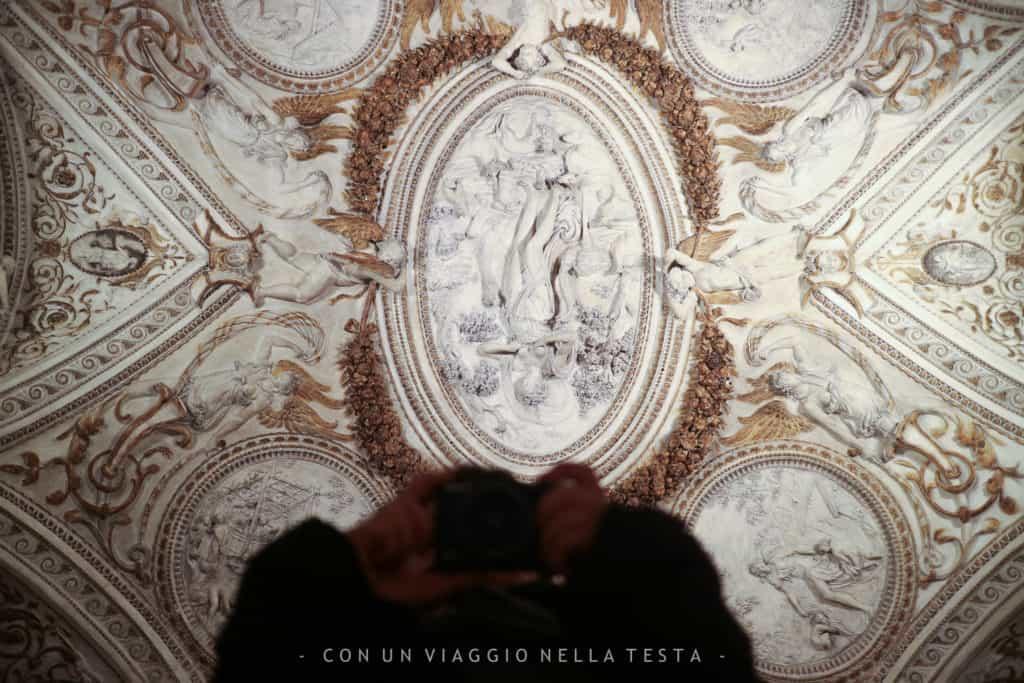 cosa vedere a senigallia, Uno dei soffitti stuccati di Palazzetto Baviera
