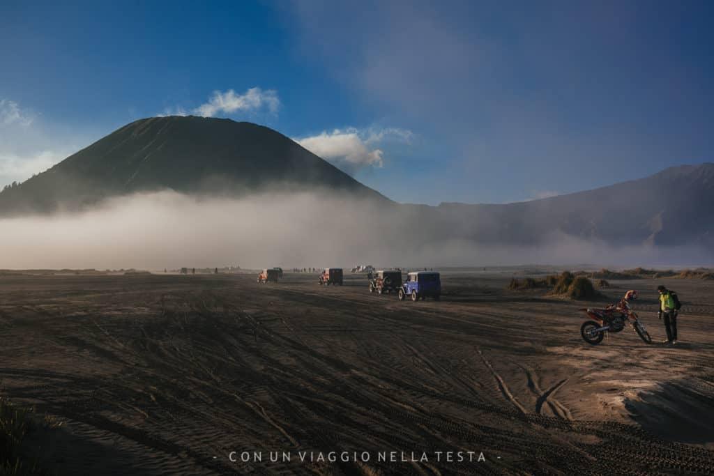 In viaggio nel mare di sabbia ai piedi del Monte Bromo
