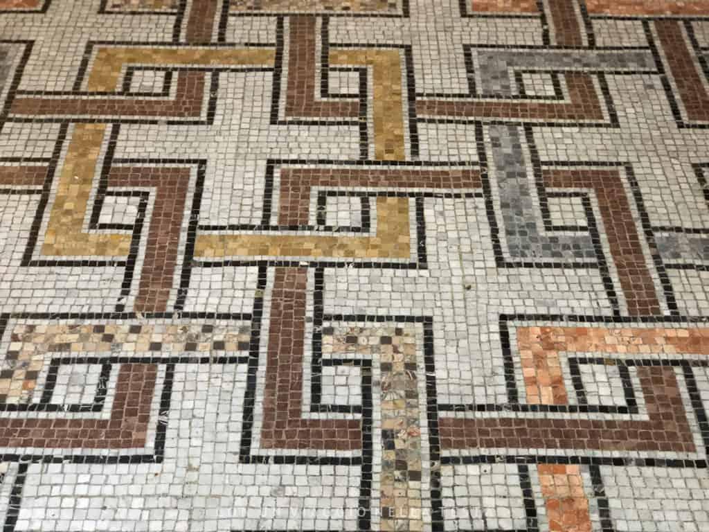 Un dettaglio di pavimento del 900 a Casa Atellani vigna di leonardo