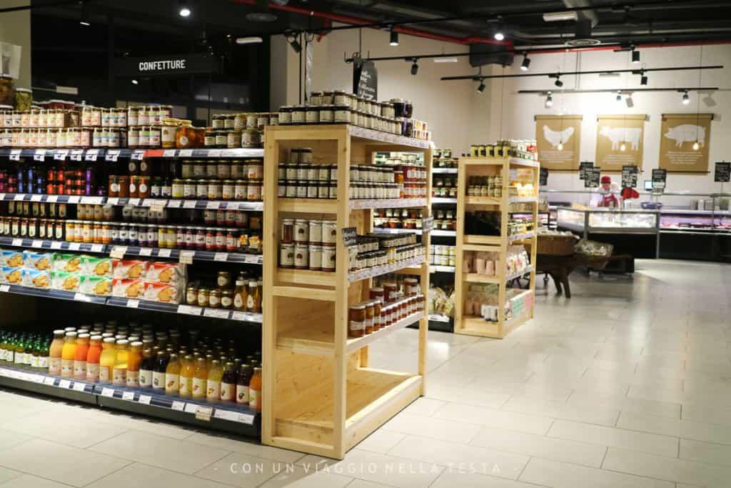 alTOC Magenta, gli scaffali con i prodotti alimentari